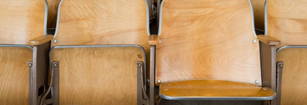 FY0CD9 Empty folding wooden university auditorium seats in an empty classroom